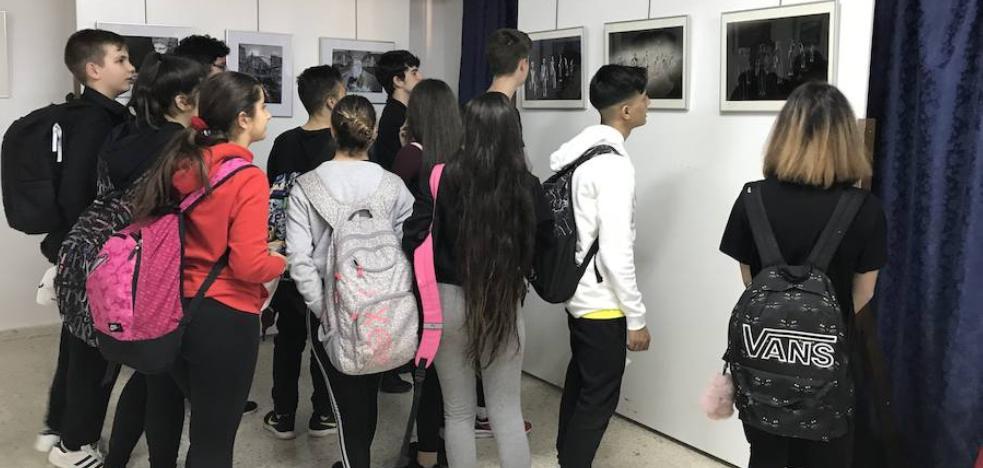 Exposición fotográfica del colectivo Aula 7 en el IES Martiricos