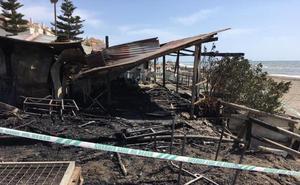 Investigan el incendio intencionado que ha calcinado un chiringuito en Rincón de la Victoria