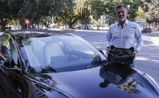 Un empresario lleva 200 kilos de aguacates de Málaga a Suecia en un coche eléctrico