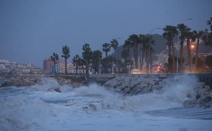 Fuerte oleaje en el litoral de Málaga que se encuentra en aviso por fenómenos costeros