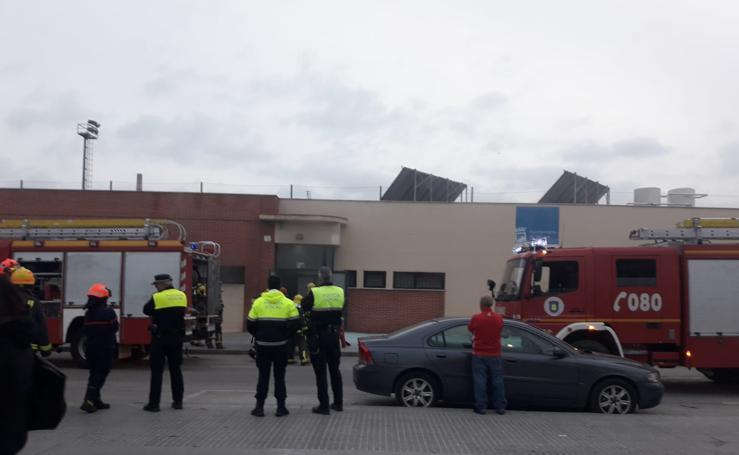 Bomberos sofocan un incendio en el campo de fútbol del Atlético Juval donde entrenaban 80 niños
