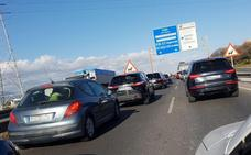 Un autobús averiado y dos accidentes causan más de cuatro kilómetros de caravana hacia el PTA