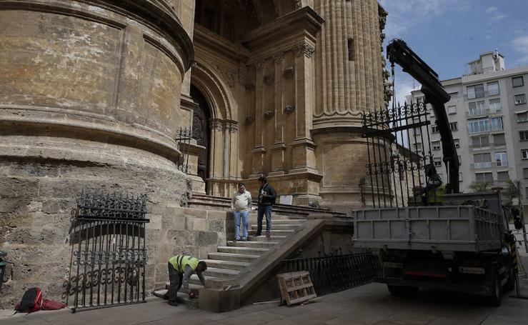 Así se ha retirado una verja de la Catedral para la Semana Santa