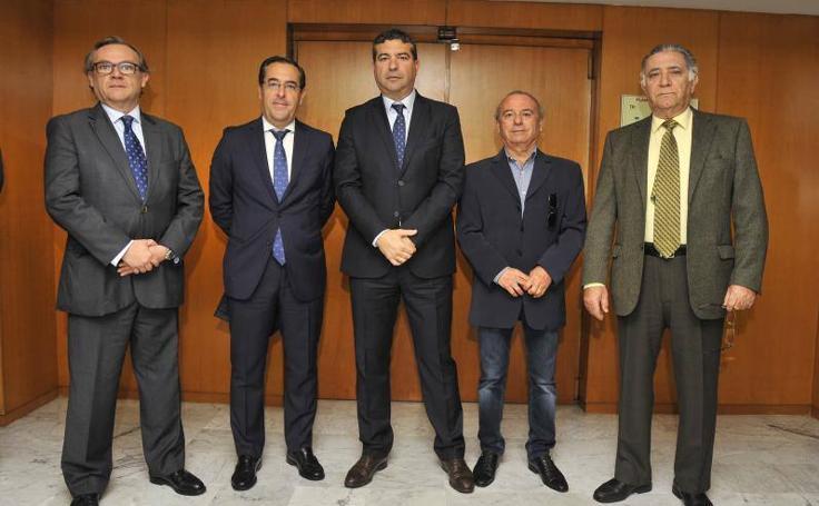 Imágenes de los asistentes del Foro SUR con el presidente de la Junta, Juanma Moreno