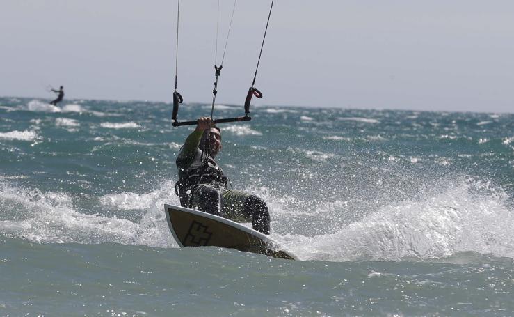 El kitesurf toma la playa de Arraijanal