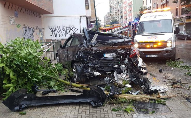 Un autobús de la EMT fuera de control arrolla nueve coches al sufrir el chófer un infarto