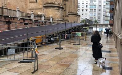 Instalan la rampa por la que accederán las cofradías a la Catedral