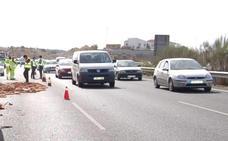 Muere un hombre de 75 años al volcar su vehículo en la A-7 en Vélez-Málaga