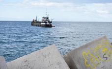 El dragado de La Bajadilla abre paso a los barcos que llevan meses sin poder entrar al puerto