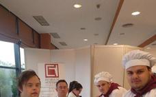 Los alumnos de la Escuela de Hostelería de Estepona imparten clase a personas discapacitadas
