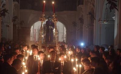 La Cofradía de la Humildad lleva a su Cristo hasta el trono y hoy será el traslado del Rocío