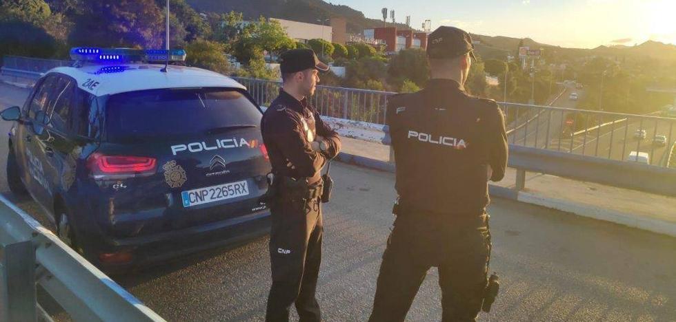 Policías evitan que una joven de 20 años se arroje desde un puente a la A-7 en Marbella