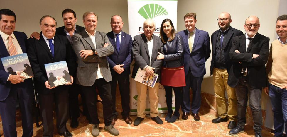 Los periodistas Pedro Luis Gómez y Paco Lobatón presentan el catálogo de la exposición de Cristóbal Toral en Antequera