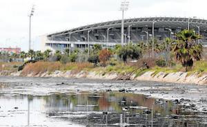 Emasa busca solución a los vertidos de aguas residuales en el canal junto al Guadalhorce