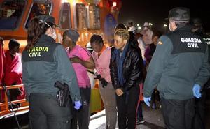 Rescatados veinte inmigrantes, 12 de ellos menores, en dos pateras en el Estrecho