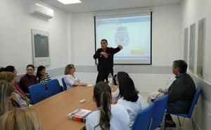 La Policía Nacional asesora a facultativos del área de urgencias del Hospital de la Axarquía en prevención de agresiones