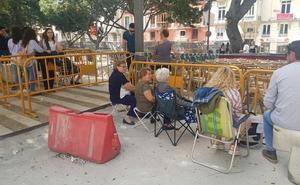 Colocan vallas detrás de las filas de sillas de la Alameda