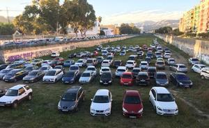 El cauce del Guadalmedina, improvisado aparcamiento para este Lunes Santo en Málaga