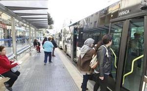 El Ayuntamiento de Málaga se compromete a incorporar 'paradas seguras' para mujeres en la EMT