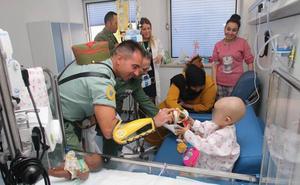 Los gastadores de La Legión visitan a los niños del Hospital Materno Infantil
