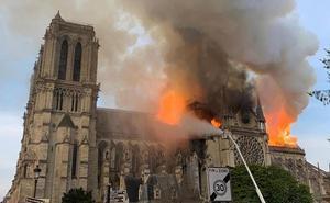 Vídeo | Espectaculares imágenes del incendio de Notre Dame grabadas por testigos del suceso