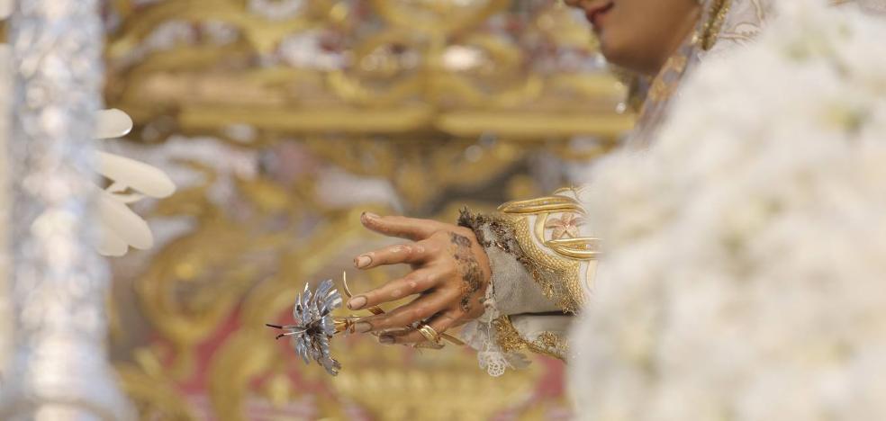 Una mano de la Virgen del Rocío resulta dañada por un incendio fortuito