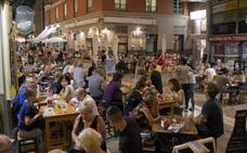El PSOE exige reforzar el personal de Vía Pública para frenar los excesos de las terrazas y la venta ambulante