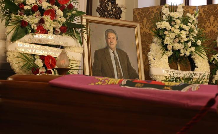 Personalidades, amigos y lectores se dan cita en la capilla ardiente de Manuel Alcántara