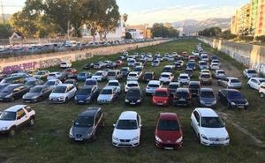 Improvisado aparcamiento en el cauce del Guadalmedina