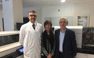Responsables del laboratorio del Hospital Universitario de Vic visitan el laboratorio del Área Sanitaria Serranía