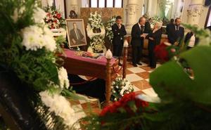 Cariño y emoción por un amigo en la capilla ardiente de Manuel Alcántara
