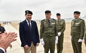 Juanma Moreno recibe el título de Caballero Almogávar Paracaidista de Honor
