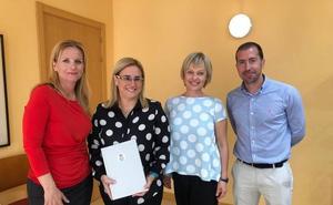 La alcaldesa de Fuengirola firma un convenio con un centro de negocios finlandés