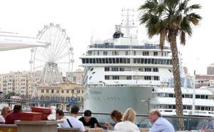El crucero de los millonarios, 'The World', ya está en Málaga donde permanecerá hasta mañana