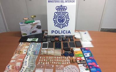 Cae un punto de venta de droga al menudeo y detienen a cinco personas en la barriada de El Palo