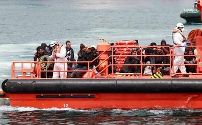 Rescatados 61 inmigrantes de una patera en el Estrecho