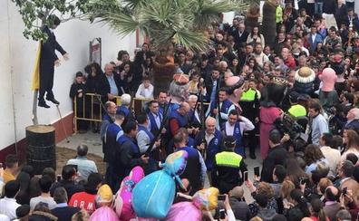Pintadas amarillas en la sede del PSC por la quema de un pelele de Puigdemont en Sevilla