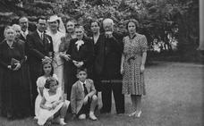 Foto antigua: La boda de la hija de Fernando de los Ríos con el hermano de Lorca