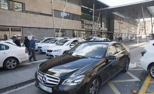 Taxistas insisten en que la Junta imponga una antelación mínima para pedir un servicio de Uber o Cabify