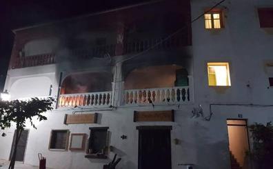 Vecinos rescatan a una joven en el incendio de un bloque de cuatro viviendas en Canillas de Albaida
