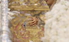 Luis Álvarez Duarte restaurará la mano de la Virgen del Rocío que fue dañada por un incendio el Martes Santo