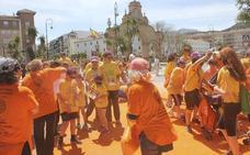 Cerca de dos mil personas se tiñen de colores solidarios en Antequera