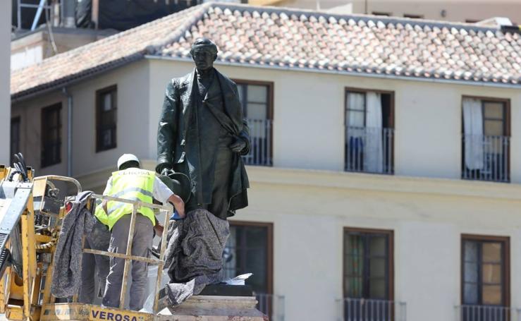 La escultura del marqués de Larios regresa a su monumento