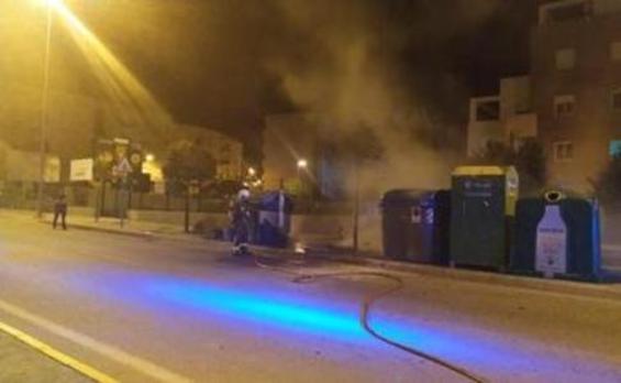 Nueva oleada de actos vandálicos en Vélez-Málaga con tres coches y cuatro contenedores incendiados