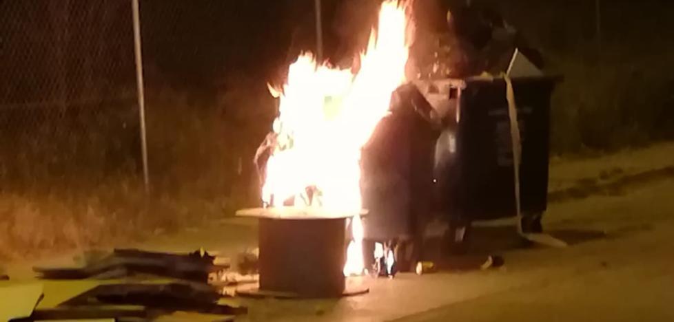 Detenido un presunto pirómano tras la quema de otros nueve contenedores esta pasada madrugada en Vélez-Málaga