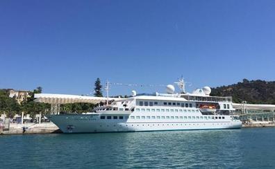 Atraca en Málaga un crucero de lujo que ofrece a sus pasajeros un submarino para explorar la costa