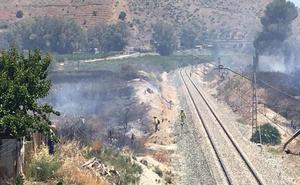 Extinguido el incendio forestal que ha cortado el tráfico ferroviario en Cártama