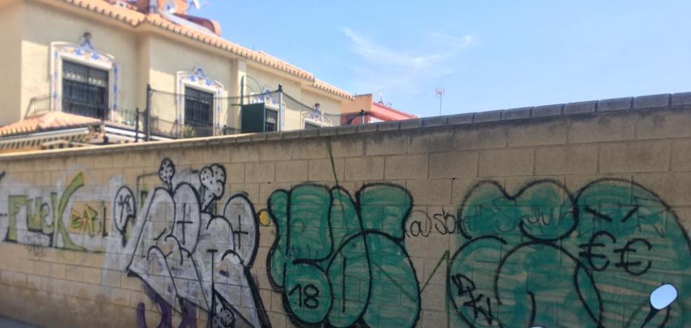 Fotodenuncia: graffiti in La Cala del Moral