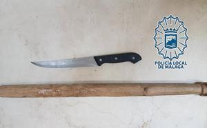 Detenido por amenazar a niños con un cuchillo y un palo para que se fueran de su local