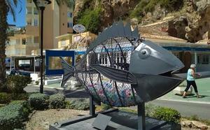 La historia del enorme pez de hierro repleto de botellas en Torremolinos